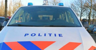 Politieauto belandt in sloot (video)