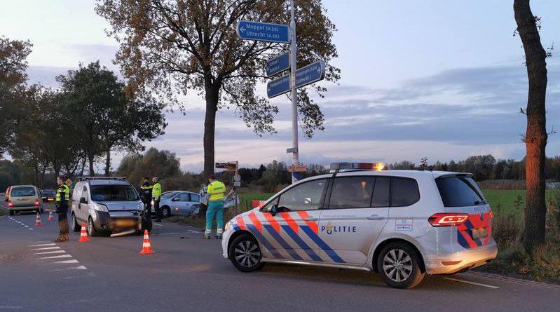 Auto's botsen op drukke kruising, 2 lichtgewonden