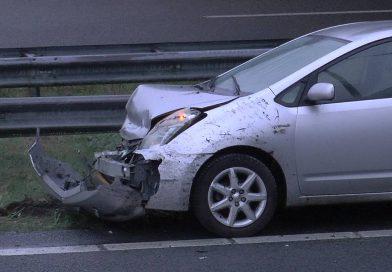 Fluitenberg: A28, auto in de vangrail