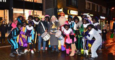 Sinterklaas en zwarte pieten verlaten Hoogeveen met veel kabaal