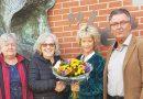 Gemeentebelangen Hoogeveen  biedt finalist 'Het Oor' een bloemetje aan