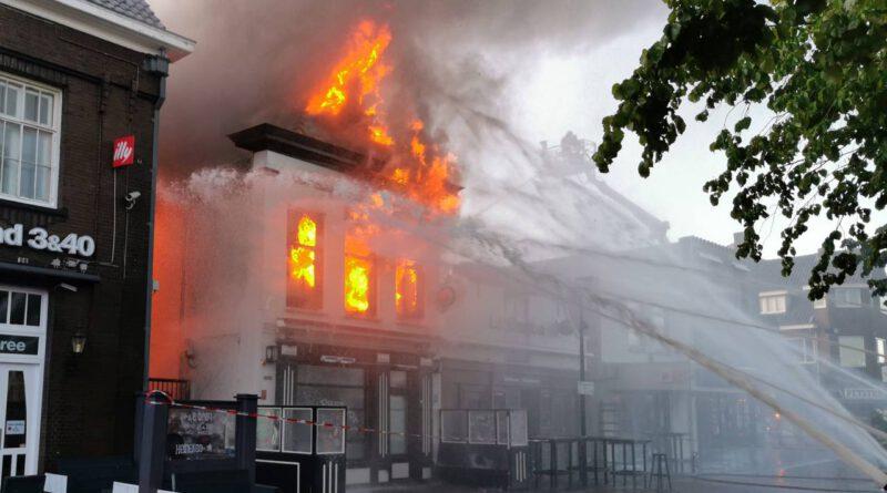 Grote brand legt 2 horecabedrijven en bovenwoning in de as
