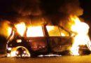 Raadselachtige autobrand naast N48 (Video)