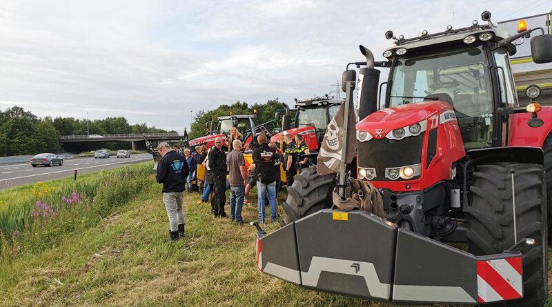 Boeren demonstreren bij A28 aan Groenewegenstraat