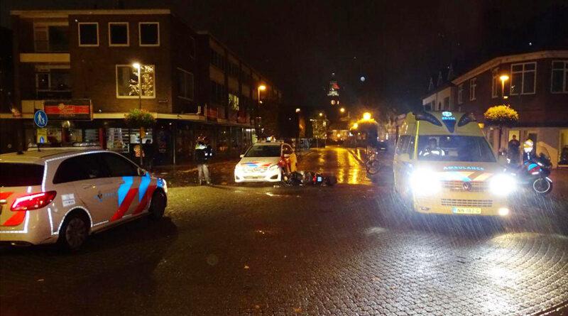 Scooterrijder botst tegen politieauto en raakt gewond