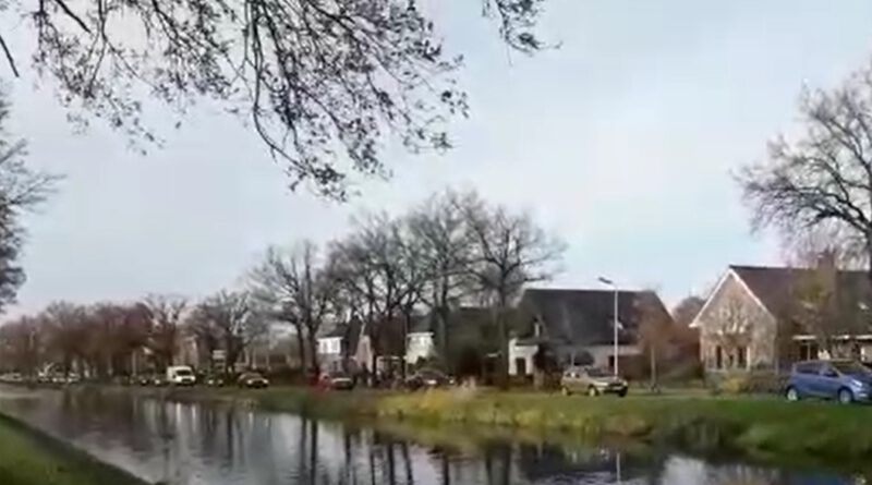 Al toeterend trekt demonstratie tour door gemeente Hoogeveen (video)