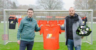 A-Tjak Schilder- en behangbedrijf en Jeffrey van der Vinne steken het 2e elftal in het oranje!\