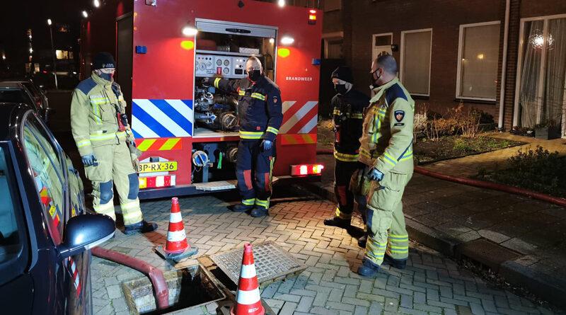 Brandweer spoelt riool door na melding vreemde lucht