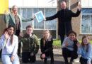 Wethouder Werner ten Kate overhandigd het eerste Jong Hoogeveen preventiemenu basisonderwijs