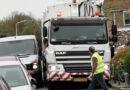 Stuurmanskunst van vrachtwagenchauffeurs door smalle straten