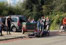 Motor botst op kerende auto met aanhanger